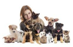 Mädchen mit Katze und Hund Stockbilder