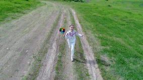 Mädchen mit Kinderwindmühle stock footage