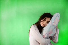 Mädchen mit Kissen lokalisiertem Farbenreinheitsschlüssel Lizenzfreies Stockfoto