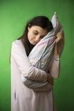 Mädchen mit Kissen lokalisiertem Farbenreinheitsschlüssel stockbild