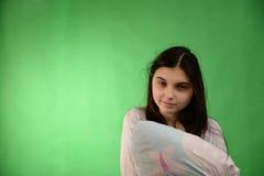 Mädchen mit Kissen lokalisiertem Farbenreinheitsschlüssel lizenzfreie stockfotos