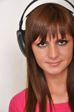 Mädchen mit Kopfhörer stockbild
