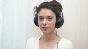 Mädchen mit Kopfhörern stock video