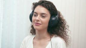 Mädchen mit Kopfhörern stock video footage