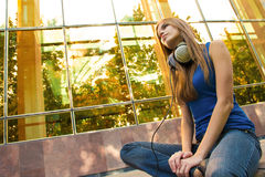 Mädchen mit Kopfhörern Stockbild