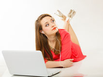 Mädchen mit Kopfhörern und Computer hörend Musik Lizenzfreies Stockfoto
