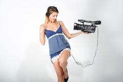 Mädchen mit Kopfhörern und Kamera Stockfotografie