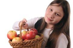 Mädchen mit Korb der Äpfel Lizenzfreie Stockfotos