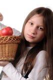 Mädchen mit Korb der Äpfel Stockfotos