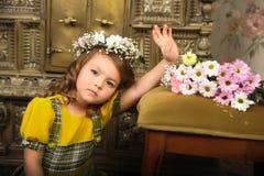MÄDCHEN MIT Kränzen von Blumen auf dem Kopf Lizenzfreies Stockfoto