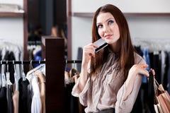 Mädchen mit Kreditkarte ist im Einkaufszentrum Stockbild