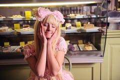 Mädchen mit Kuchen. lizenzfreie stockfotografie