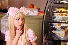 Mädchen mit Kuchen. lizenzfreie stockfotos