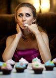 Mädchen mit Kuchen Stockfoto