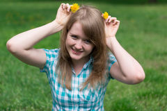Mädchen mit Löwenzahn lizenzfreie stockfotografie