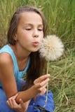 Mädchen mit Löwenzahn stockfotografie