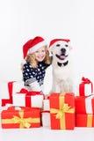 Mädchen mit Labrador-Hund tragen Weihnachtshüte Stockbild