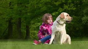 Mädchen mit labrador retriever-Hund stock video footage