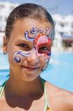 Mädchen mit Lack auf seinem Gesicht im Pool Lizenzfreie Stockfotografie