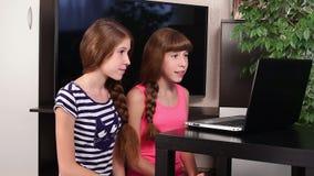 Mädchen mit Laptop stock video