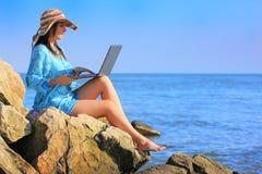 Mädchen mit Laptop Stockfotografie