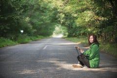 Mädchen mit Laptop auf der Straße 2017 Lizenzfreies Stockfoto