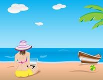 Mädchen mit Laptop auf Strand Stockfoto