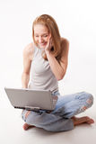 Mädchen mit Laptop auf Weiß Lizenzfreie Stockfotos
