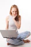 Mädchen mit Laptop auf Weiß Stockbild
