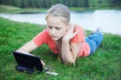 Mädchen mit Laptop draußen stockfoto