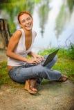 Mädchen mit Laptop draußen lizenzfreies stockbild