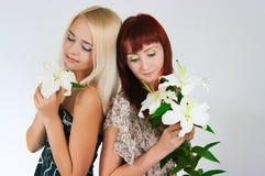 Mädchen mit Lilien lizenzfreies stockbild