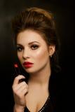 Mädchen mit Lippenstift in der Hand Lizenzfreie Stockfotografie