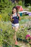 Mädchen mit Lupe und Buch Lizenzfreies Stockfoto