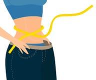 Mädchen mit Maß-Band wickelte um ihre Taille demontrats enorme Jeans ein Stockfotografie