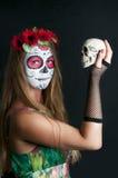 Mädchen mit Make-up Calavera Mexicana Maske und Scull lizenzfreie stockfotografie