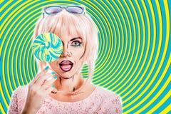 Mädchen mit Make-up im Stil der Pop-Art und des Lutschers Farbbac Stockfoto