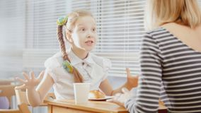 Mädchen mit Mama im jugendlich Café - erklärt etwas für Mutter Lizenzfreie Stockfotos