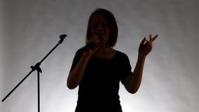 Mädchen mit microphne Gesang stock footage