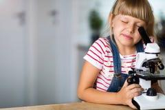 Mädchen mit Mikroskop stockfoto