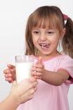 Mädchen mit Milch Lizenzfreie Stockbilder