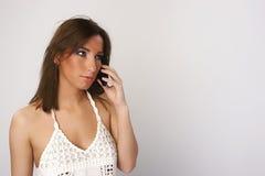 Mädchen mit Mobiltelefon lizenzfreies stockfoto