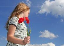 Mädchen mit Mohnblumen über Himmel lizenzfreies stockfoto