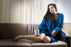 Mädchen mit Morgenkaffee Stockbild