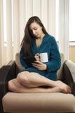 Mädchen mit Morgenkaffee Stockfoto