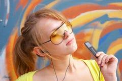 Mädchen mit mp3-player Stockbilder