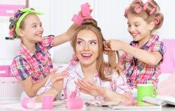 Mädchen mit Mutter in den Haarlockenwicklern Lizenzfreie Stockbilder