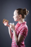 Mädchen mit Nahrung Stockbild