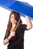 Mädchen mit nassem Regenschirm Lizenzfreie Stockfotos