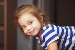 Mädchen mit nettem Lächeln steht auf ihren Händen und Beinen Lizenzfreie Stockfotografie